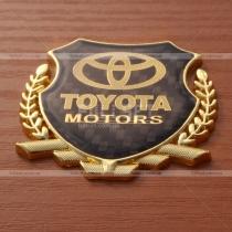Эмблема Toyota с золотистым гербом