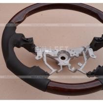 Рулевое колесо с выпуклой структурой обода, с деревянными вставками и перфорированной кожей