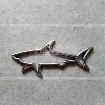 Эмблема акула контурная, хромированная металлическая (размер: 75 мм на 30 мм)