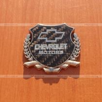 Эмблема Шевроле с хромированным гербом на карбоновом фоне (6,5 см на 5,5 см)