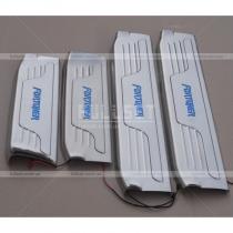 Защитные накладки на пороги-широкие с неоновой надписью Fortuner
