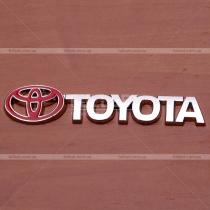 Эмблема с надписью Тойота