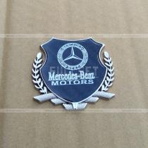Значок Mercedes Benz на карбоновом фоне с хромированным гербом (размер: 6,5 см на 5.5 см)