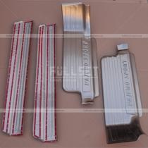 Накладки на внутренние пороги салона с выдавленной надписью Pajero Sport