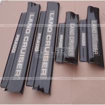 Накладки на внутренние пороги салона в черном исполнении